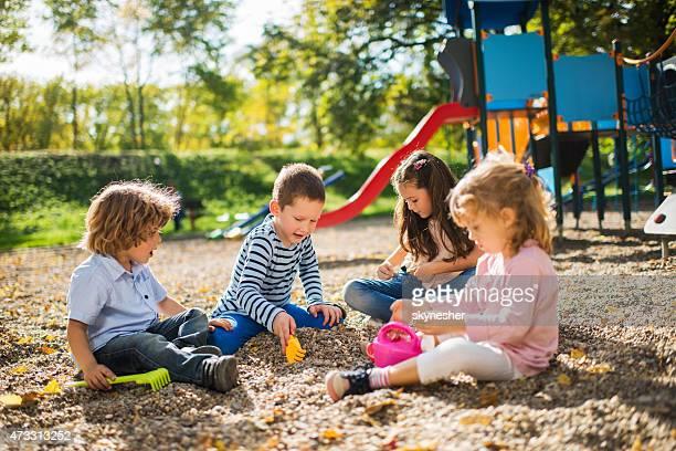 小グループで遊ぶお子様のプレイグラウンドです。