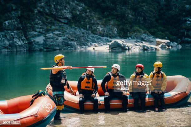 Kleine groep van mannen en vrouwen voorbereiden om te gaan met het white water riverrafting