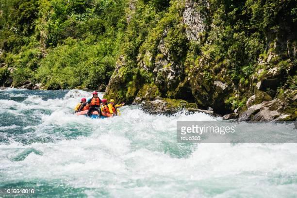 Kleine Gruppe von Männern und Frauen Wildwasser-rafting