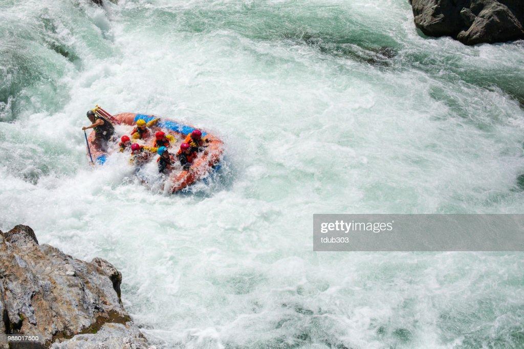 Kleine Gruppe von Männern und Frauen Wildwasser-rafting : Stock-Foto