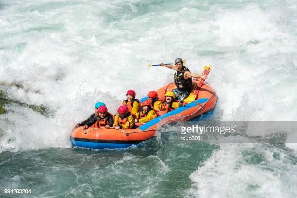 Kleine groep van mannen en vrouwen white water riverrafting