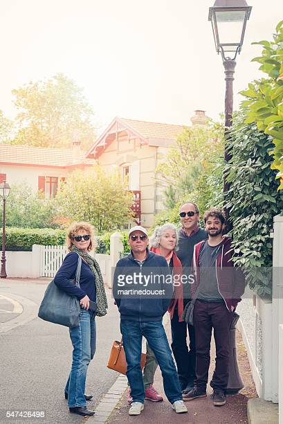"""small group of tourists standing together in european street. - """"martine doucet"""" or martinedoucet stockfoto's en -beelden"""