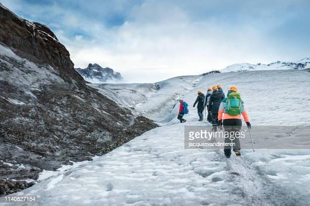南アイスランドの skaftafellsjokull (氷河) を歩いている観光客の小さなグループ - バトナ氷河 ストックフォトと画像