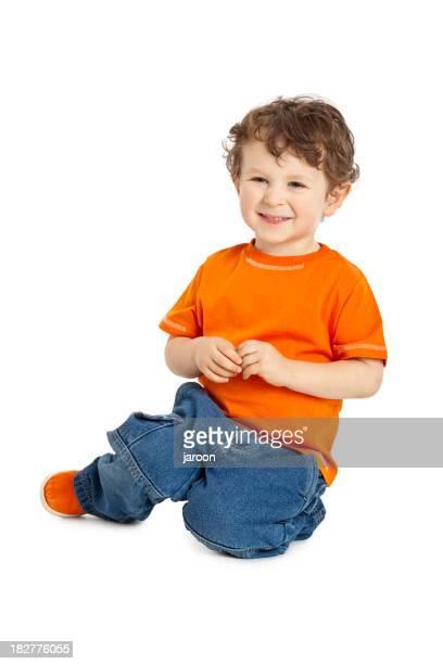 Heureux petit garçon assis