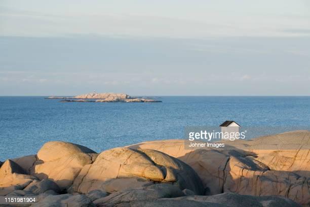 small hut on sea coast - västra götalands län stockfoto's en -beelden