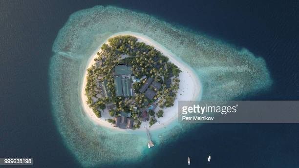 small island - atoll stock pictures, royalty-free photos & images