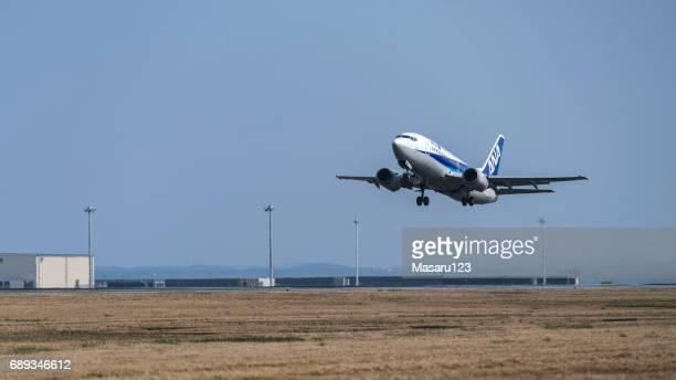滑走路に接近する小型ジェット機 - 中部国際空港 ストックフォトと画像