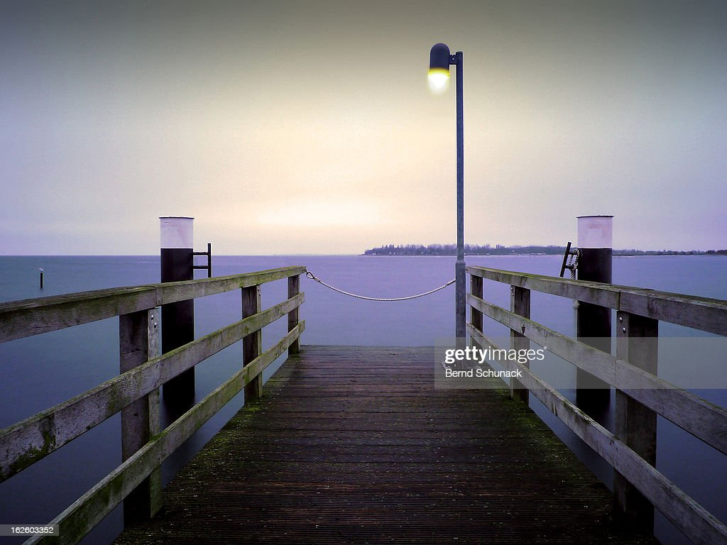 Small Jetty In Cold Evening Light : Stock-Foto