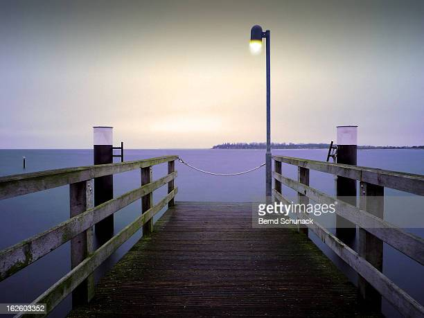 small jetty in cold evening light - bernd schunack fotografías e imágenes de stock