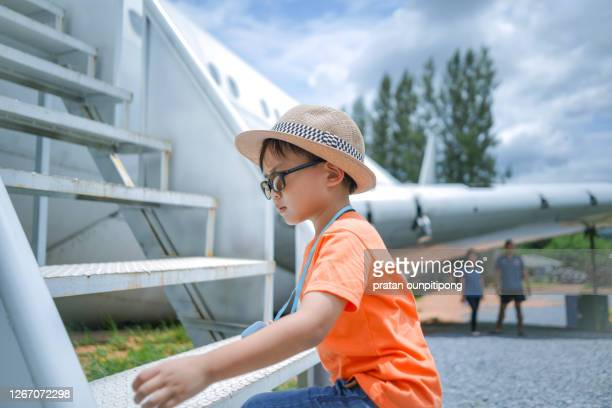 small kid at the airport on summer holiday - toddler at airport stock pictures, royalty-free photos & images