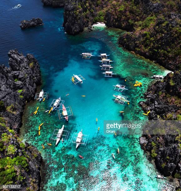 pequeña laguna en palawan - paisajes de filipinas fotografías e imágenes de stock