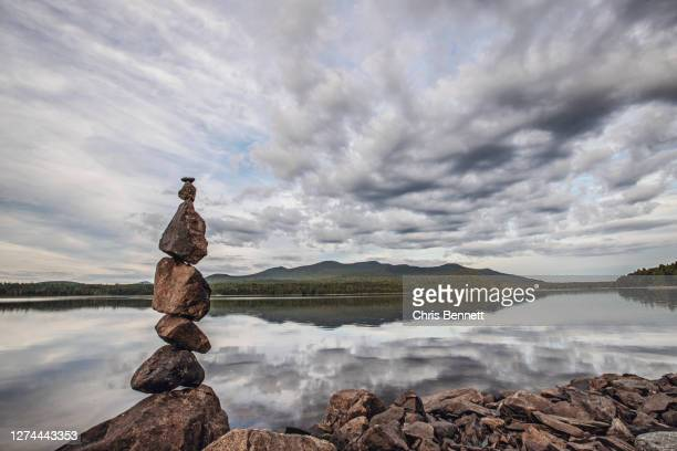 small lakeshore cairn, maine, usa - 石塚 ストックフォトと画像