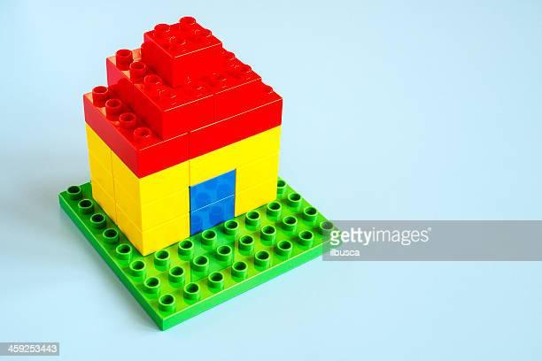 piccola casa di lego con i mattoncini duplo e lego () su sfondo turchese. - lego foto e immagini stock