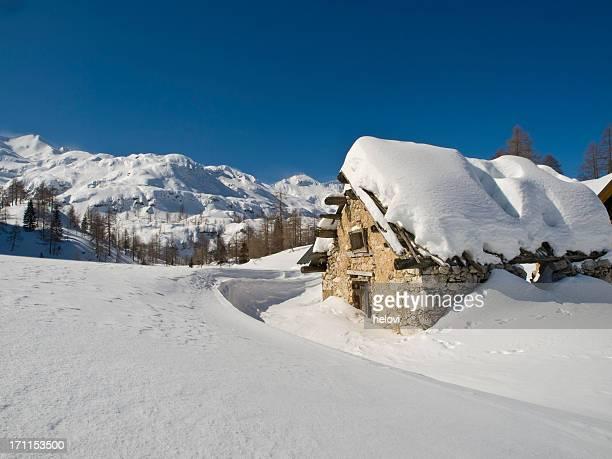 kleine hütte im schnee die berge - einstürzen stock-fotos und bilder