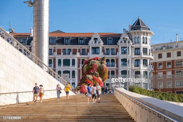 グッゲンハイム美術館の隣の階段で観光客や地元の人々の数が少ない - ビスカヤ県 ストックフォトと画像