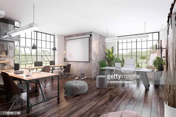 piccoli interni dell'ufficio con schermo del proiettore - loft foto e immagini stock