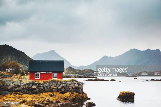 small red fisherman's house, norway - norwegen stock-fotos und bilder