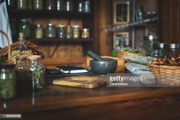 スモールレトロスタイルハーブとスパイスストア - 薬草 ストックフォトと画像