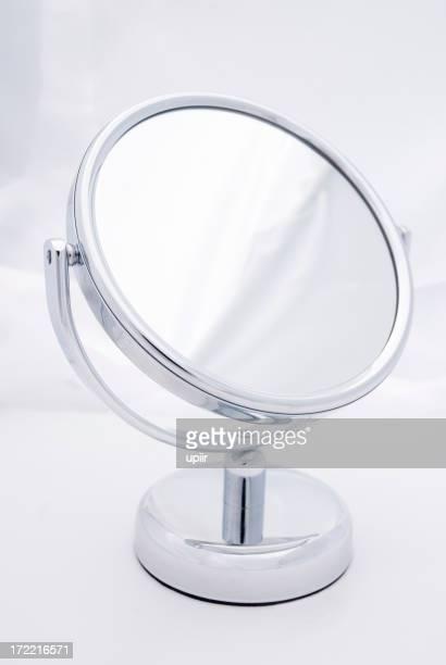Redonda pequeña mirando vidrio (espejo), un suave fondo, sin reflejos