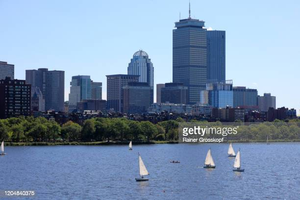 small sailboats on charles river with 200 clarendon, former john hancock tower and other skyscrapers in background - rainer grosskopf stock-fotos und bilder