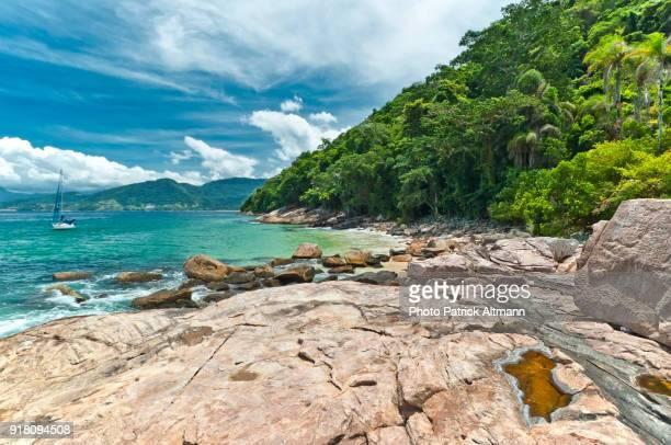 small secluded tropical island in the state of rio de janeiro, brazil - angra dos reis imagens e fotografias de stock