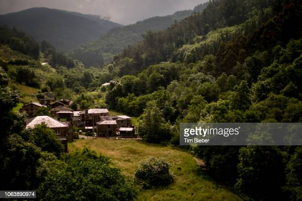 small spanish mountain village - comunidad autónoma de galicia fotografías e imágenes de stock