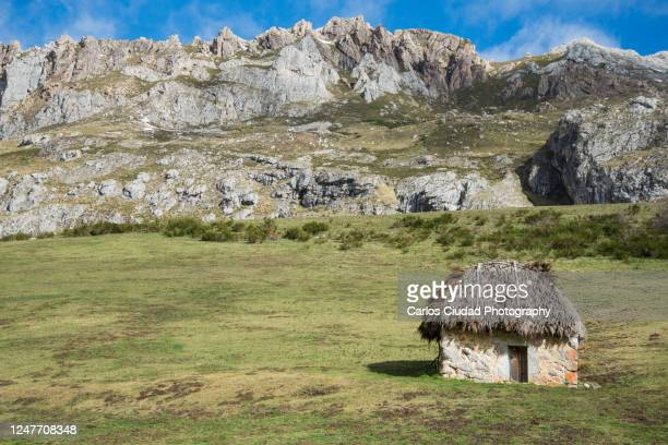 small stone cabin in somiedo natural park, asturias, spain - turismo ecológico fotografías e imágenes de stock