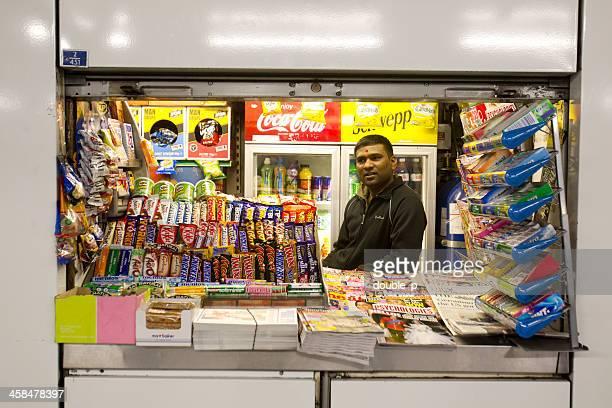 pequeña tienda en metro de londres - treats magazine fotografías e imágenes de stock