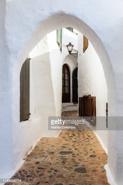 small street, binibeca vell, menorca, spain - boog architectonisch element stockfoto's en -beelden