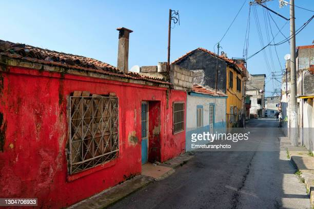 a small street with colorful houses in izmir. - emreturanphoto stock-fotos und bilder