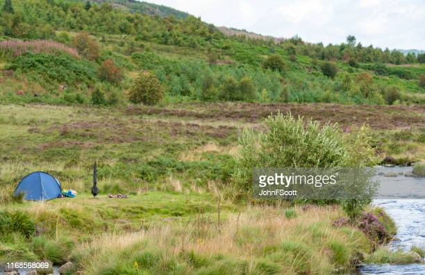 small tent pitched beside a scottish loch - johnfscott stock pictures, royalty-free photos & images