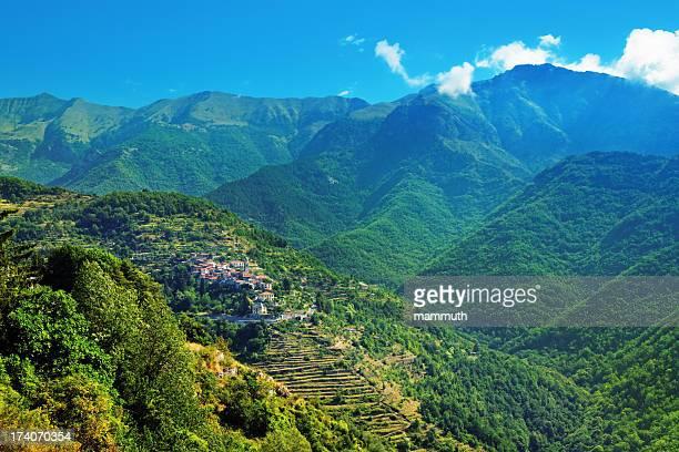 Pequeña ciudad, en el bosque cubierto Ligurian Alpes, Italia