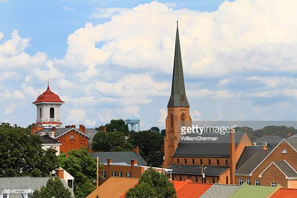ciudad pequeña steeples y tejados - aguja chapitel fotografías e imágenes de stock