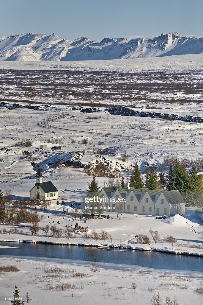 Small village and surrounding mountains in winter. : Stockfoto