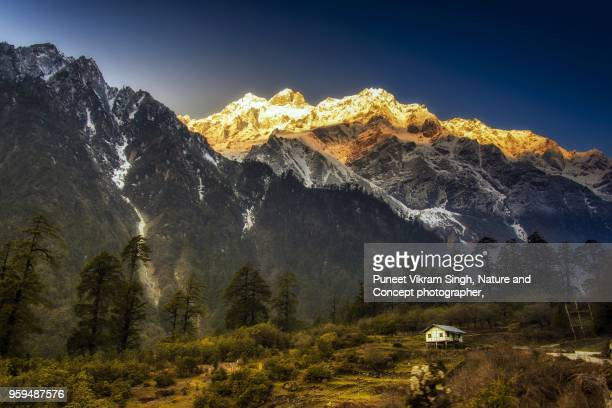 a small village in lachen north sikkim in the backdrop of mountains - sikkim stock pictures, royalty-free photos & images
