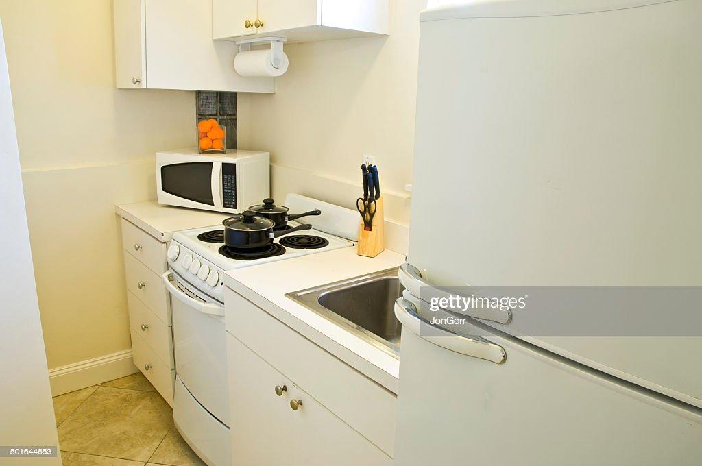 Kleine Weisse Wohnung Effiziente Kuchengerate Stock Foto Getty Images