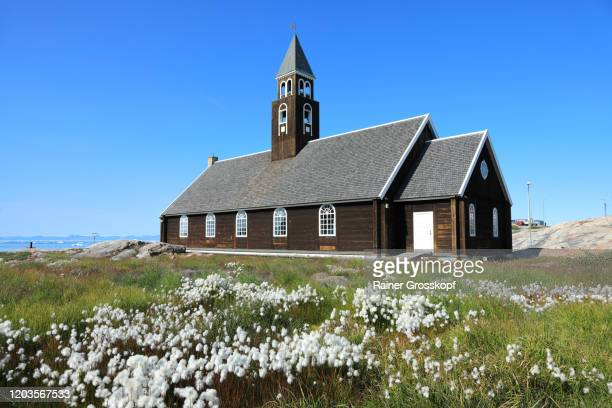 a small wooden church with cottongrass in the foreground - rainer grosskopf stockfoto's en -beelden