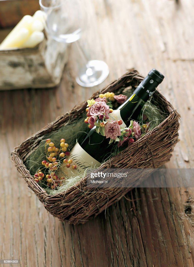 small wreath of spray rose and viburnum with wine  : Foto de stock