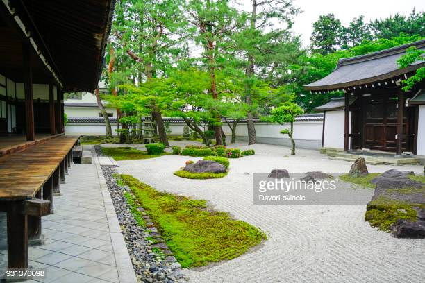 small zen garden between  chion-ji temple walls in kyoto, japan - kyoto prefecture stock pictures, royalty-free photos & images