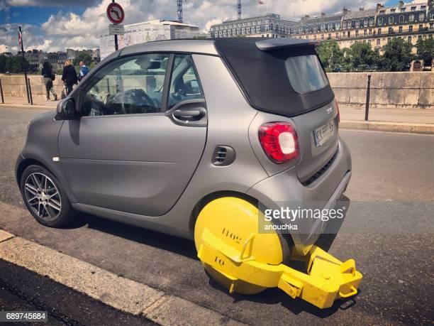Voiture Smart pris pour mauvais stationnement sur la berge de rivière de Seine, Paris, France