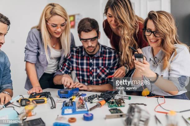 team di ingegneri intelligenti - l'uomo e la macchina foto e immagini stock