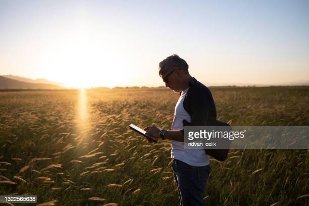 農業における近代的な技術を用いたスマートな農業。 - スマート農業 ストックフォトと画像