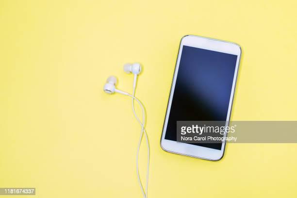 smart phone and earphone - social media photos et images de collection