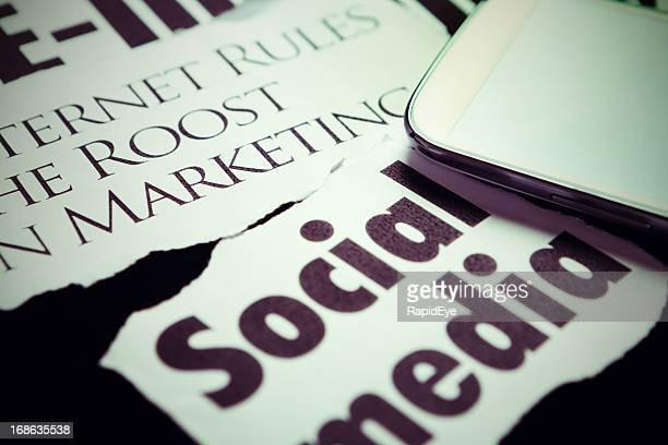 Téléphone intelligent sur les gros titres sur l'importance des médias sociaux