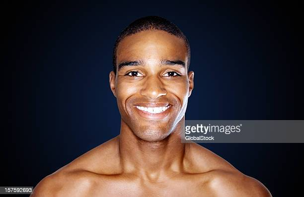 smart sin camisa hombre sonriendo aislado en negro - negra desnuda fotografías e imágenes de stock