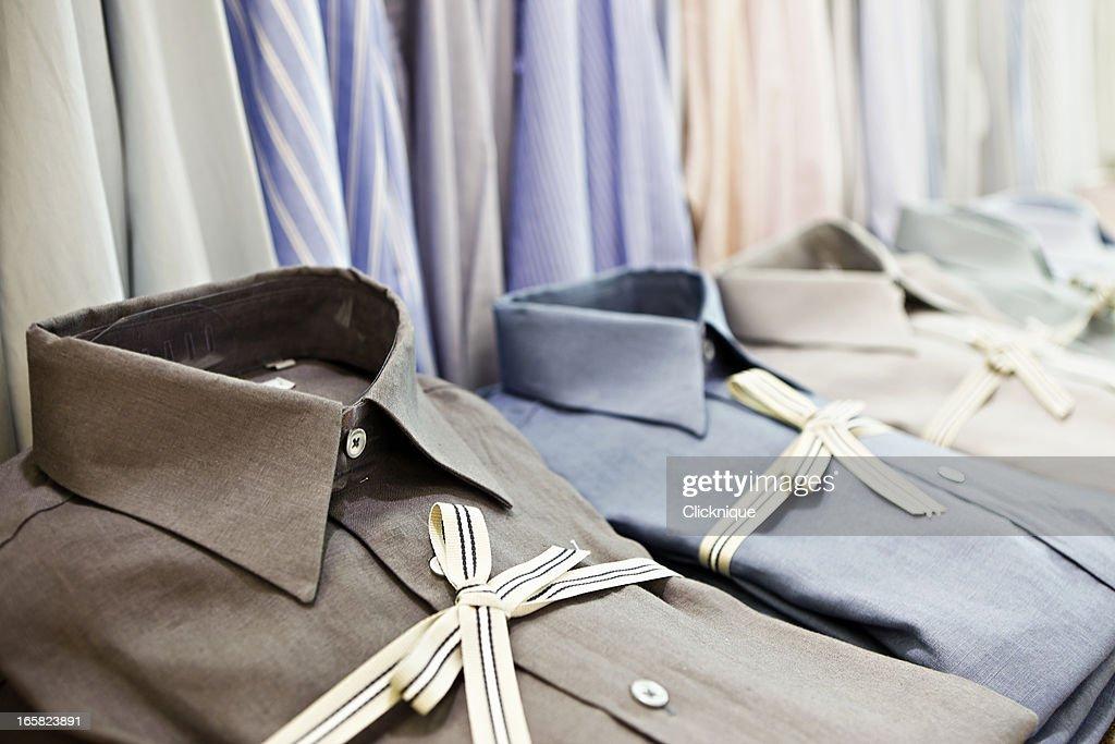 Eleganti camicie legato con nastro a righe in negozio di abbigliamento esclusivo : Foto stock