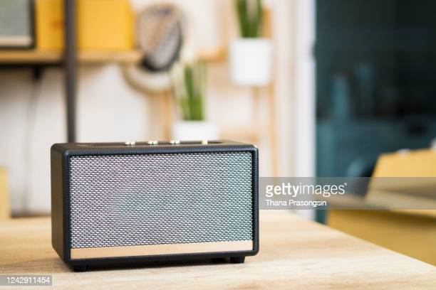 smart speaker in studio - ブルートゥース ストックフォトと画像