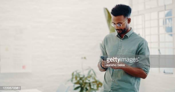 tecnologia inteligente o ajuda a fazer movimentos de negócios mais inteligentes - concentração - fotografias e filmes do acervo