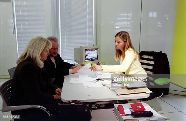 Kunden und Verkäuferin beim Verkaufsgespräch