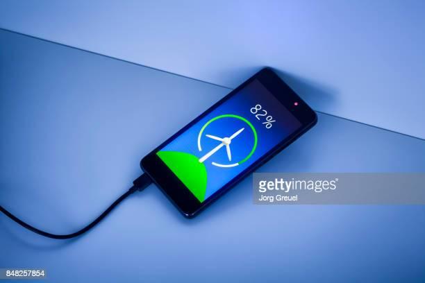 smartphone charging with renewable energy - sinal de percentagem imagens e fotografias de stock